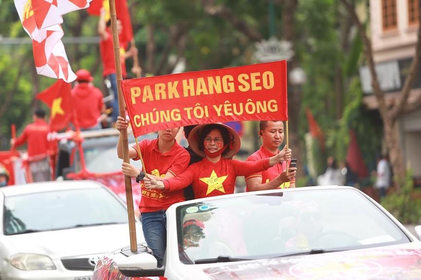 Mặc mưa gió, hàng trăm CĐV ra đường tiếp lửa cho tuyển Việt Nam - ảnh 4