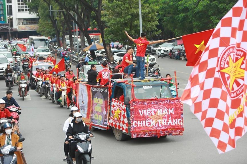 Mặc mưa gió, hàng trăm CĐV ra đường tiếp lửa cho tuyển Việt Nam - ảnh 3