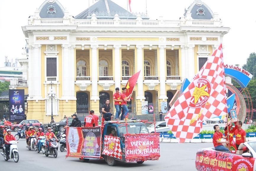 Mặc mưa gió, hàng trăm CĐV ra đường tiếp lửa cho tuyển Việt Nam - ảnh 2