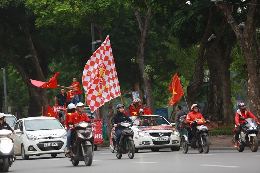 Mặc mưa gió, hàng trăm CĐV ra đường tiếp lửa cho tuyển Việt Nam - ảnh 7