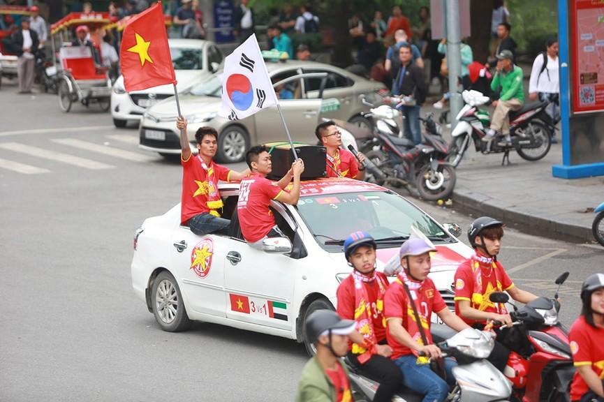 Mặc mưa gió, hàng trăm CĐV ra đường tiếp lửa cho tuyển Việt Nam - ảnh 8
