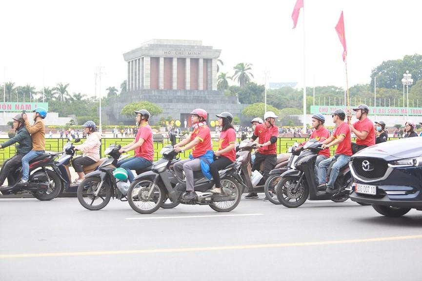 Mặc mưa gió, hàng trăm CĐV ra đường tiếp lửa cho tuyển Việt Nam - ảnh 10