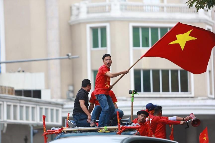Mặc mưa gió, hàng trăm CĐV ra đường tiếp lửa cho tuyển Việt Nam - ảnh 6