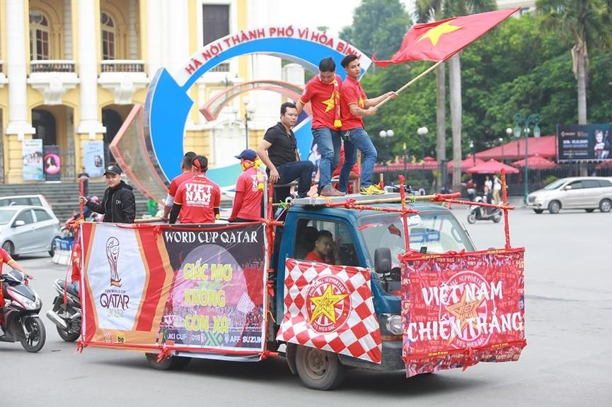 Mặc mưa gió, hàng trăm CĐV ra đường tiếp lửa cho tuyển Việt Nam - ảnh 1