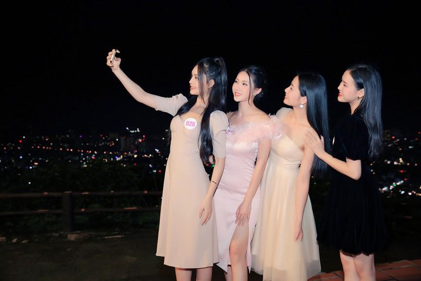 Người đẹp HHVN 2020 khoe sắc giữa vẻ đẹp lung linh về đêm của khu du lịch Hồ Mây - ảnh 6
