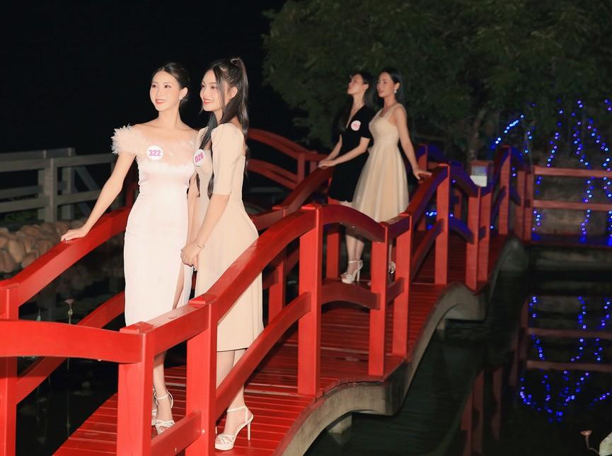 Người đẹp HHVN 2020 khoe sắc giữa vẻ đẹp lung linh về đêm của khu du lịch Hồ Mây - ảnh 9