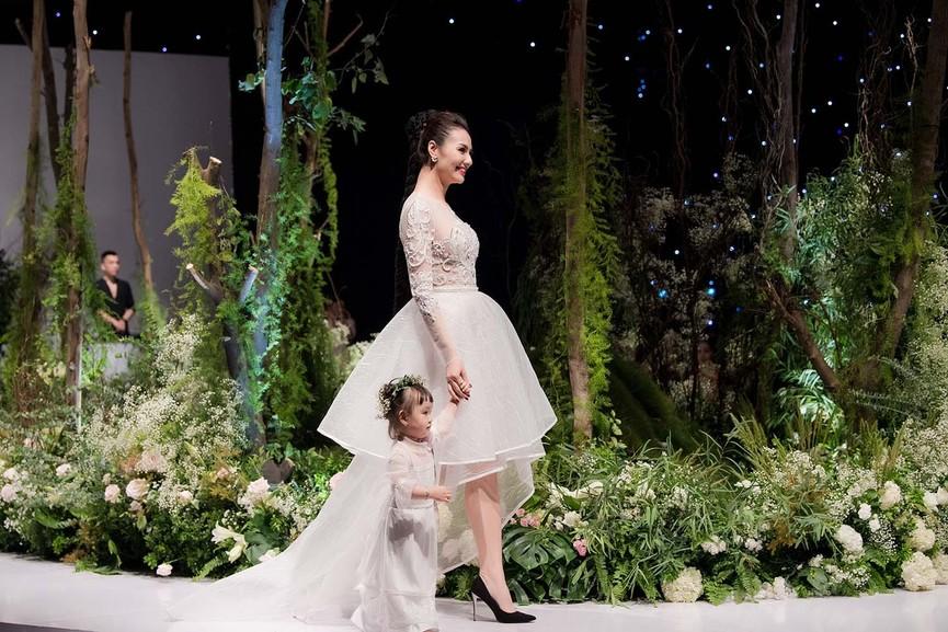 Hồng Quế và con gái một tuổi rưỡi làm vedette trên sàn diễn thời trang - ảnh 6