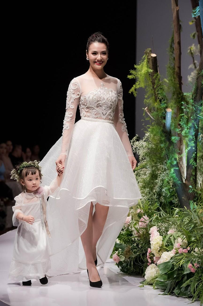 Hồng Quế và con gái một tuổi rưỡi làm vedette trên sàn diễn thời trang - ảnh 7