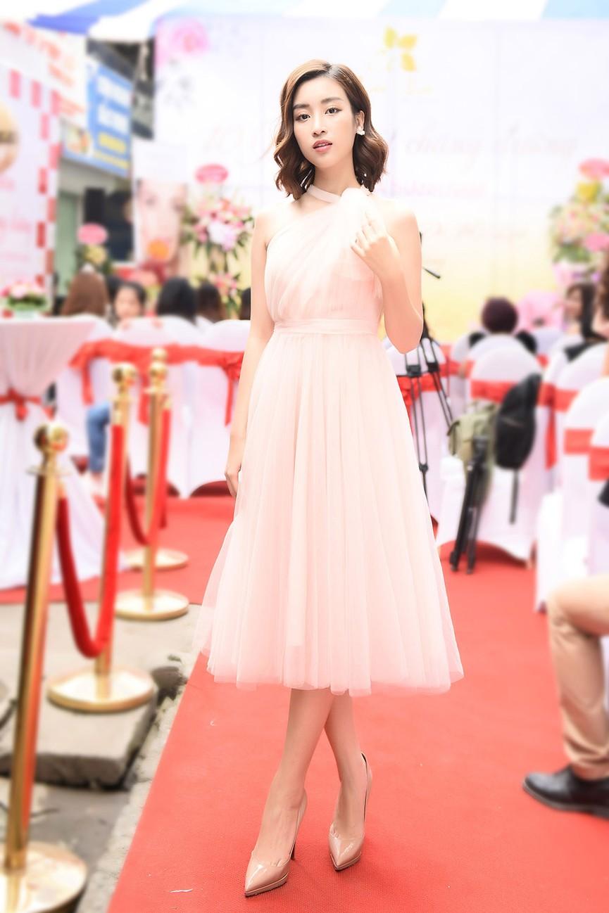 Hoa hậu Mỹ Linh vai trần quyến rũ giữa tiết trời thu Hà Nội - ảnh 5