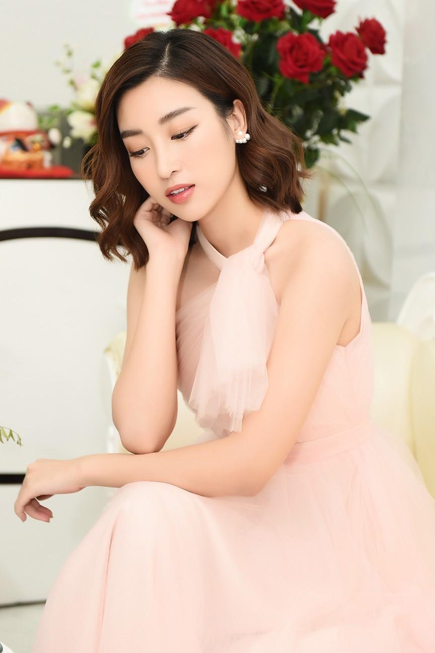 Hoa hậu Mỹ Linh vai trần quyến rũ giữa tiết trời thu Hà Nội - ảnh 9
