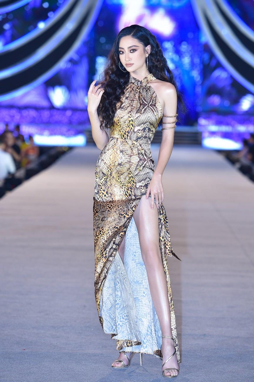 Tiểu Vy, Đỗ Mỹ Linh, Thuỵ Vân diện váy áo nóng bỏng trong đêm thi Người đẹp Biển  - ảnh 3