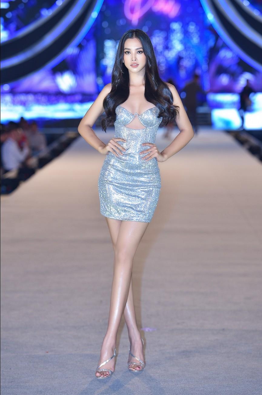 Tiểu Vy, Đỗ Mỹ Linh, Thuỵ Vân diện váy áo nóng bỏng trong đêm thi Người đẹp Biển  - ảnh 1