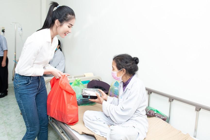 Hoa hậu Đỗ Thị Hà giản dị trong chuyến đi từ thiện đầu tiên sau đăng quang - ảnh 2