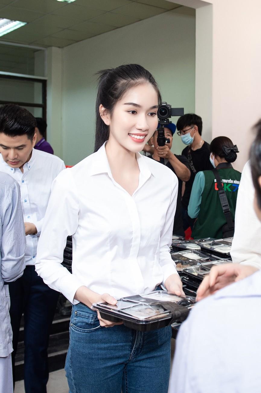 Hoa hậu Đỗ Thị Hà giản dị trong chuyến đi từ thiện đầu tiên sau đăng quang - ảnh 7
