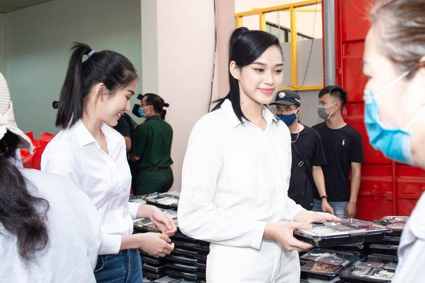 Hoa hậu Đỗ Thị Hà giản dị trong chuyến đi từ thiện đầu tiên sau đăng quang - ảnh 4