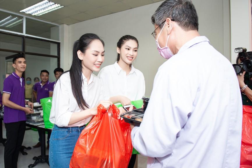 Hoa hậu Đỗ Thị Hà giản dị trong chuyến đi từ thiện đầu tiên sau đăng quang - ảnh 6