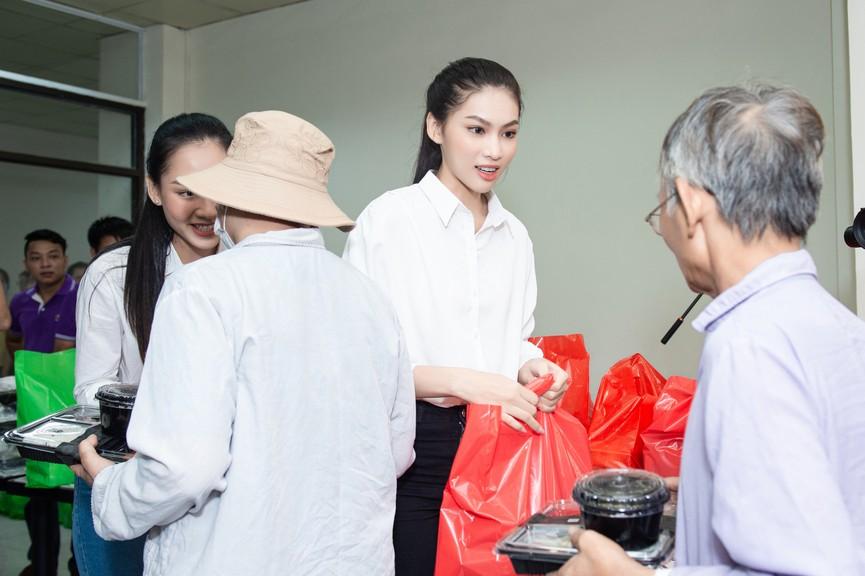 Hoa hậu Đỗ Thị Hà giản dị trong chuyến đi từ thiện đầu tiên sau đăng quang - ảnh 8