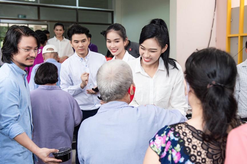Hoa hậu Đỗ Thị Hà giản dị trong chuyến đi từ thiện đầu tiên sau đăng quang - ảnh 9