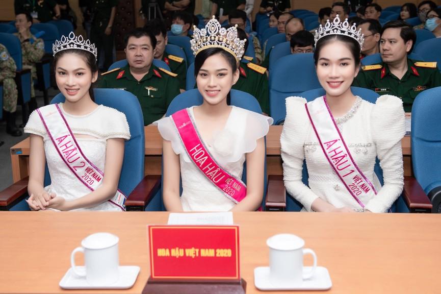 Hoa hậu Đỗ Thị Hà giản dị trong chuyến đi từ thiện đầu tiên sau đăng quang - ảnh 1