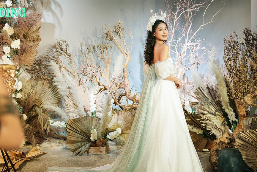 Văn Hậu mặc áo trắng như soái ca, cổ vũ Người đẹp Tài năng Doãn Hải My diễn áo cưới - ảnh 3