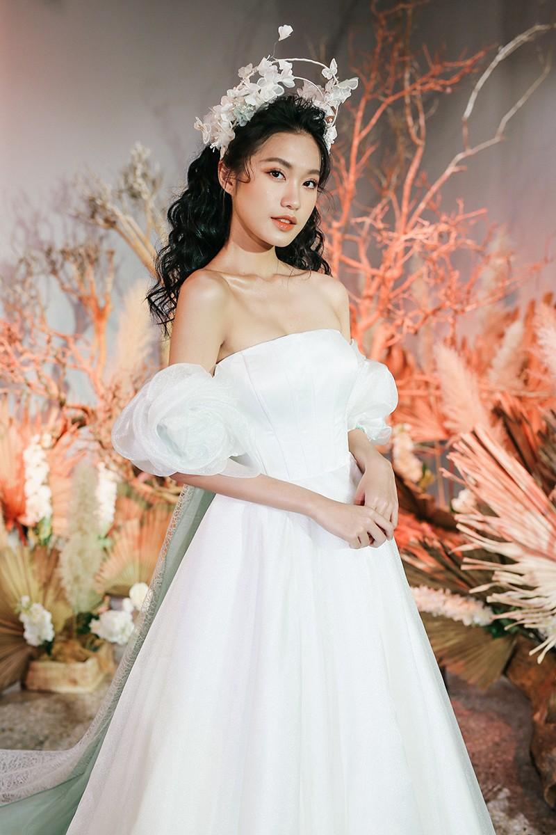 Văn Hậu mặc áo trắng như soái ca, cổ vũ Người đẹp Tài năng Doãn Hải My diễn áo cưới - ảnh 4