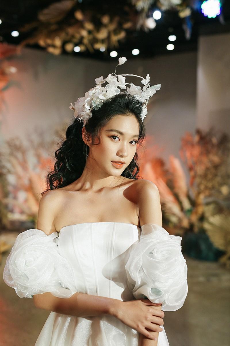 Văn Hậu mặc áo trắng như soái ca, cổ vũ Người đẹp Tài năng Doãn Hải My diễn áo cưới - ảnh 6