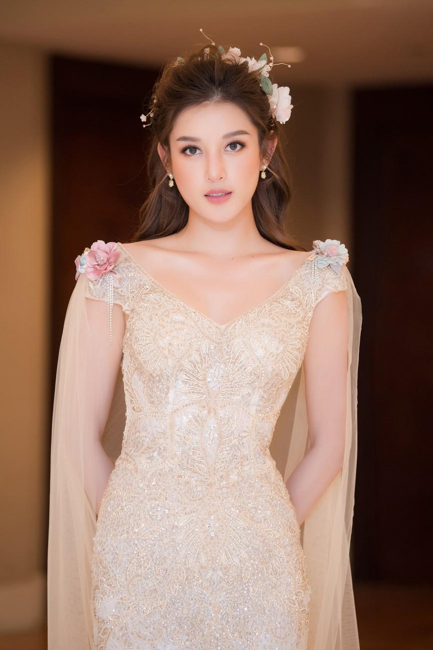 Tái xuất sàn catwalk, Á hậu Huyền My gây thương nhớ với váy công chúa gợi cảm - ảnh 2