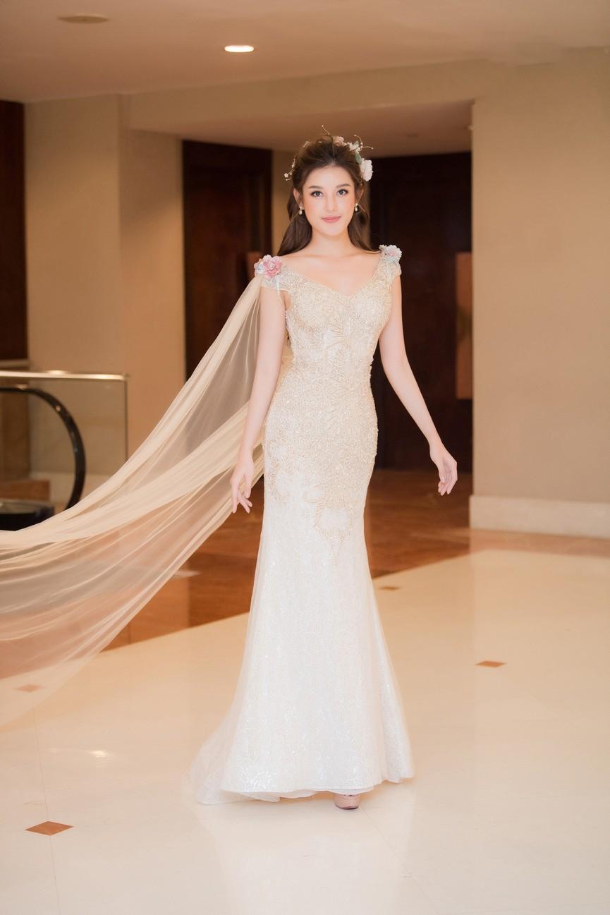 Tái xuất sàn catwalk, Á hậu Huyền My gây thương nhớ với váy công chúa gợi cảm - ảnh 1