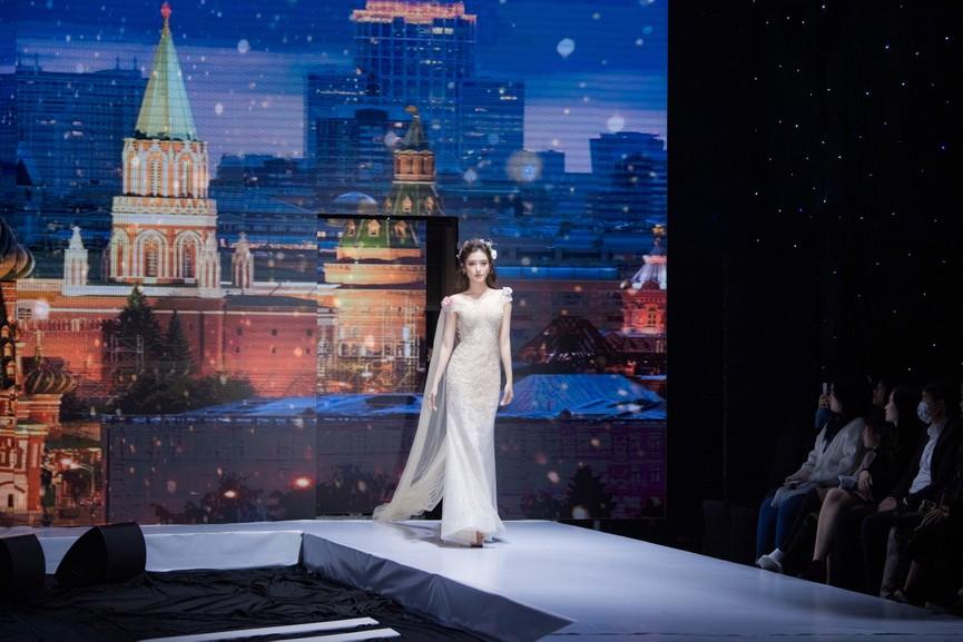 Tái xuất sàn catwalk, Á hậu Huyền My gây thương nhớ với váy công chúa gợi cảm - ảnh 9