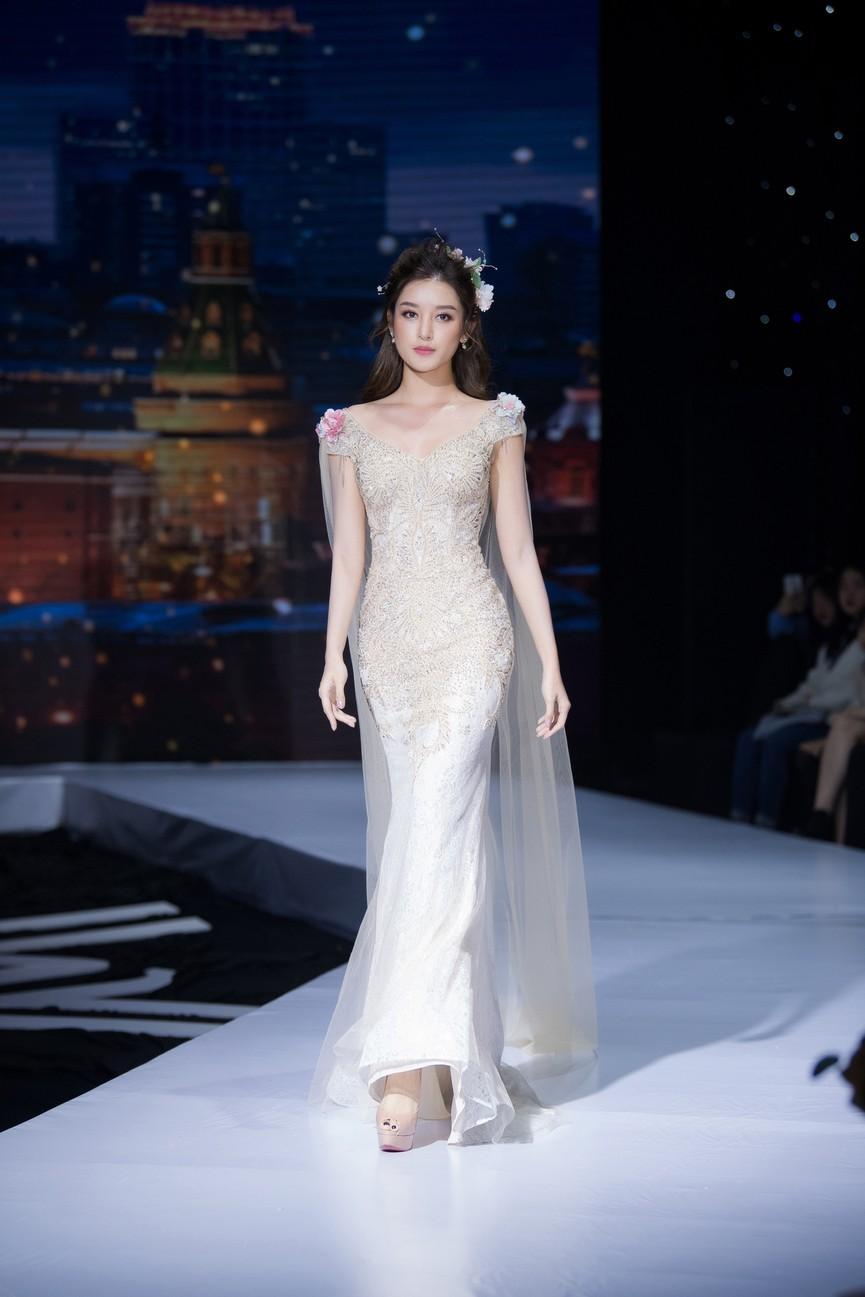 Tái xuất sàn catwalk, Á hậu Huyền My gây thương nhớ với váy công chúa gợi cảm - ảnh 8