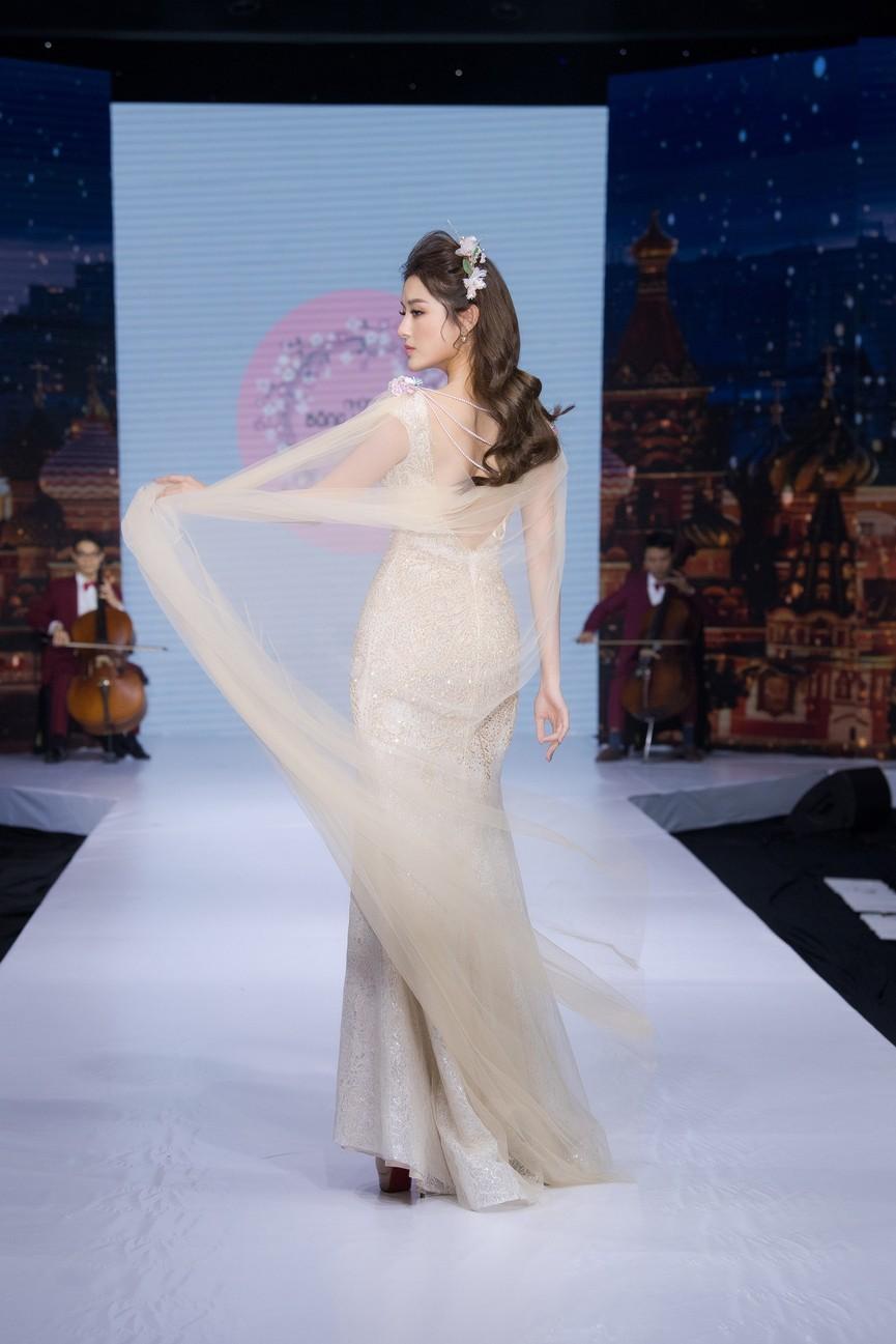 Tái xuất sàn catwalk, Á hậu Huyền My gây thương nhớ với váy công chúa gợi cảm - ảnh 10