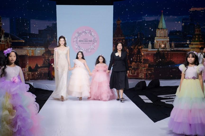 Tái xuất sàn catwalk, Á hậu Huyền My gây thương nhớ với váy công chúa gợi cảm - ảnh 11