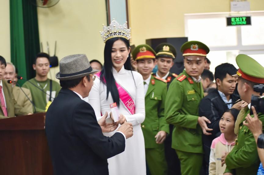 Hoa hậu Đỗ Thị Hà truyền cảm hứng cho giới trẻ ở quê nhà Thanh Hoá - ảnh 10