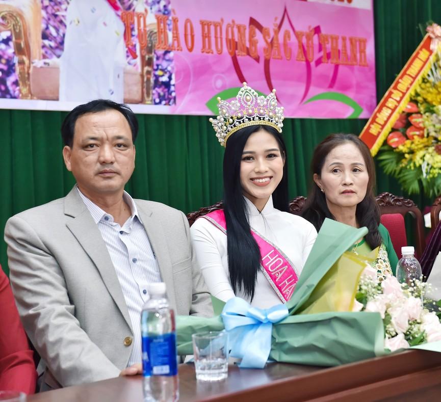 Hoa hậu Đỗ Thị Hà truyền cảm hứng cho giới trẻ ở quê nhà Thanh Hoá - ảnh 6