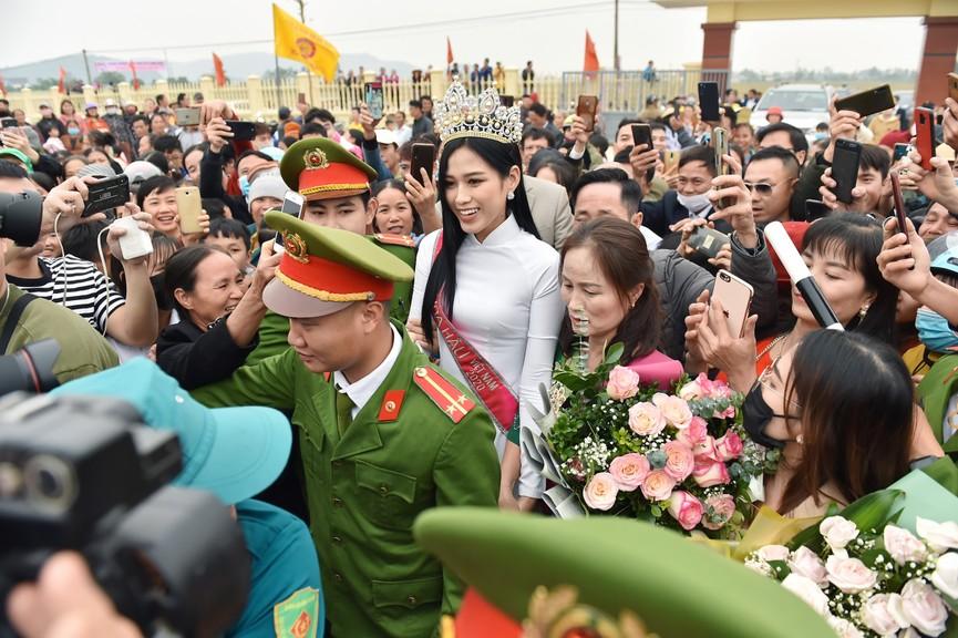 Hoa hậu Đỗ Thị Hà truyền cảm hứng cho giới trẻ ở quê nhà Thanh Hoá - ảnh 1