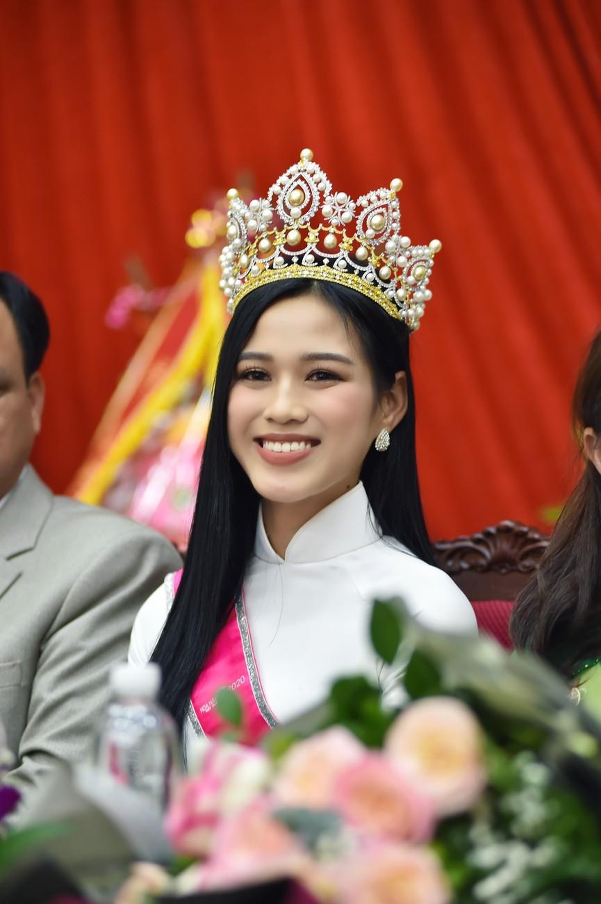 Hoa hậu Đỗ Thị Hà truyền cảm hứng cho giới trẻ ở quê nhà Thanh Hoá - ảnh 7