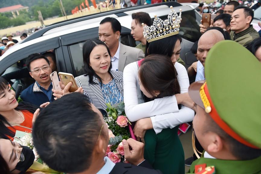 Hoa hậu Đỗ Thị Hà truyền cảm hứng cho giới trẻ ở quê nhà Thanh Hoá - ảnh 3