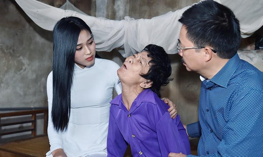 Hoa hậu Đỗ Thị Hà đến thăm những mảnh đời kém may mắn ngay sau khi về thăm quê - ảnh 2