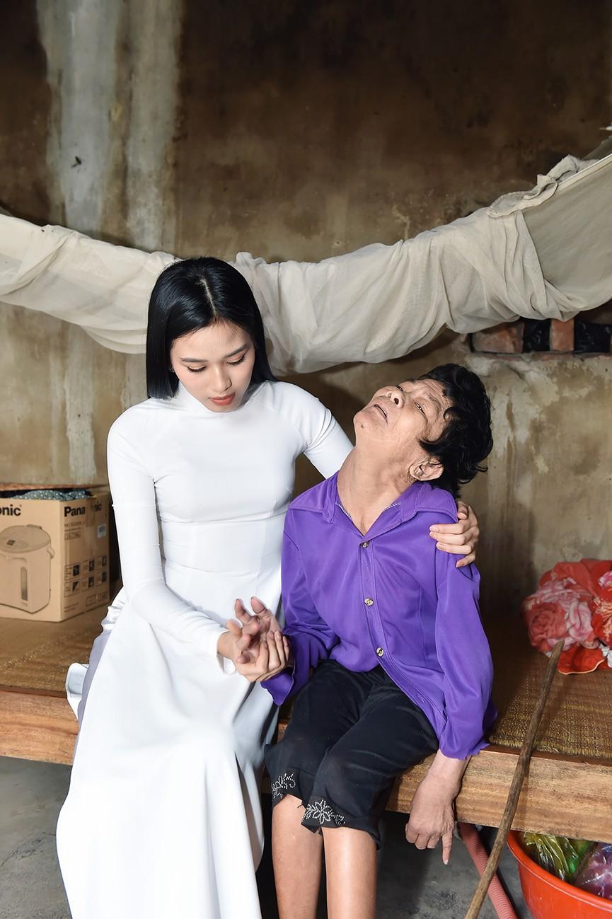 Hoa hậu Đỗ Thị Hà đến thăm những mảnh đời kém may mắn ngay sau khi về thăm quê - ảnh 3