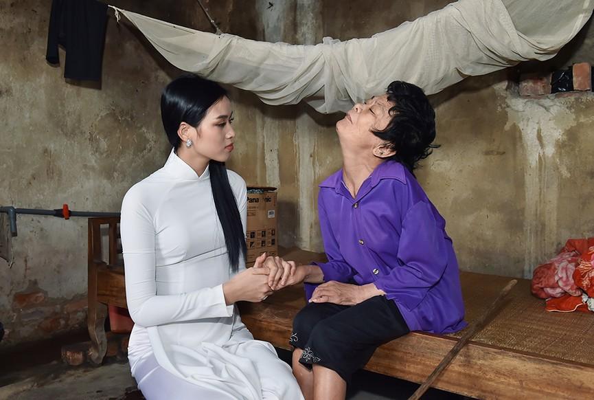Hoa hậu Đỗ Thị Hà đến thăm những mảnh đời kém may mắn ngay sau khi về thăm quê - ảnh 4