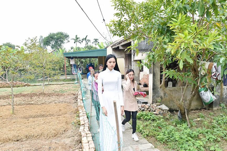 Hoa hậu Đỗ Thị Hà đến thăm những mảnh đời kém may mắn ngay sau khi về thăm quê - ảnh 1