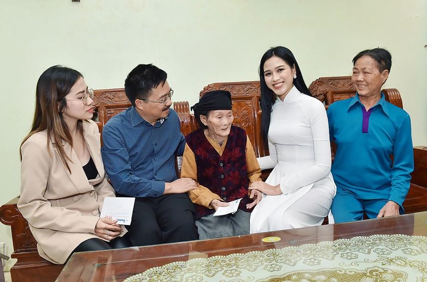 Hoa hậu Đỗ Thị Hà đến thăm những mảnh đời kém may mắn ngay sau khi về thăm quê - ảnh 7