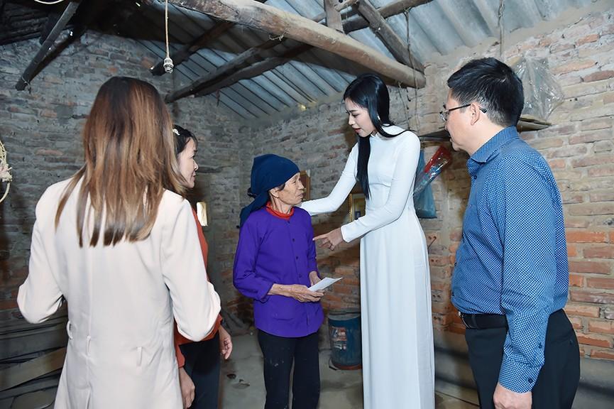 Hoa hậu Đỗ Thị Hà đến thăm những mảnh đời kém may mắn ngay sau khi về thăm quê - ảnh 8
