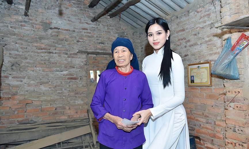 Hoa hậu Đỗ Thị Hà đến thăm những mảnh đời kém may mắn ngay sau khi về thăm quê - ảnh 9
