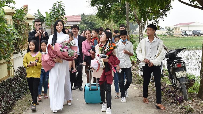 Người dân xóm làng tới nhà chia vui với gia đình Hoa hậu Đỗ Thị Hà  - ảnh 1