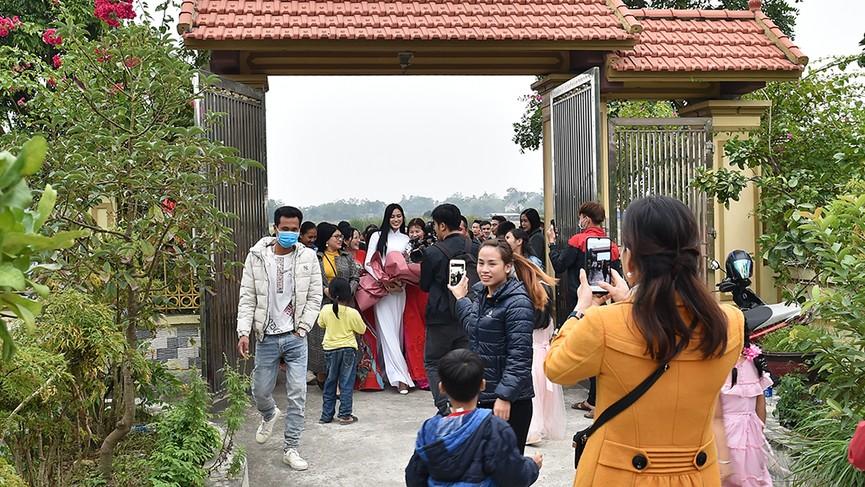 Người dân xóm làng tới nhà chia vui với gia đình Hoa hậu Đỗ Thị Hà  - ảnh 2