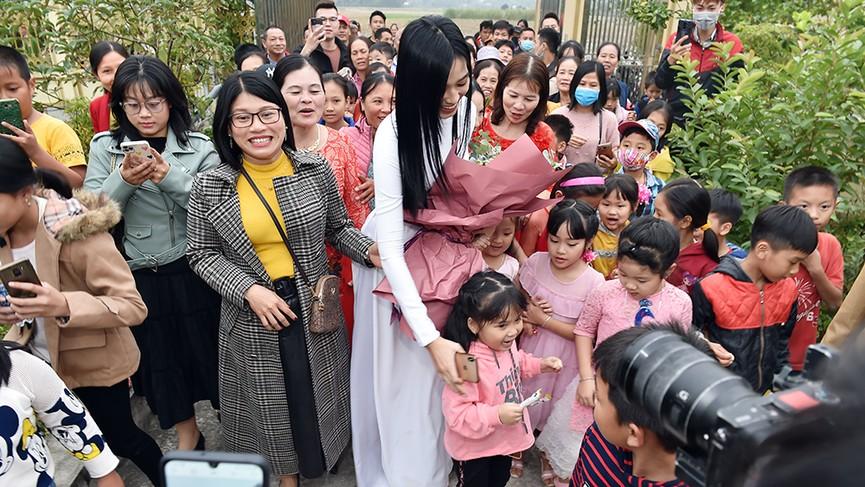 Người dân xóm làng tới nhà chia vui với gia đình Hoa hậu Đỗ Thị Hà  - ảnh 3