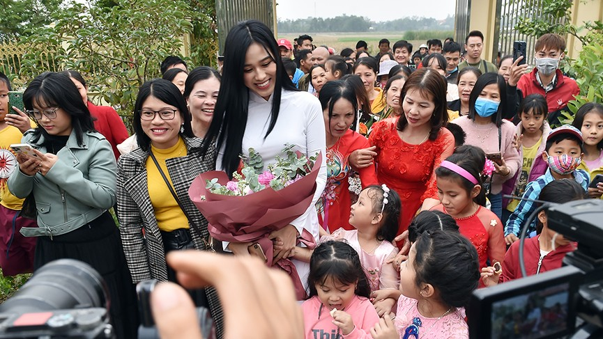 Người dân xóm làng tới nhà chia vui với gia đình Hoa hậu Đỗ Thị Hà  - ảnh 4