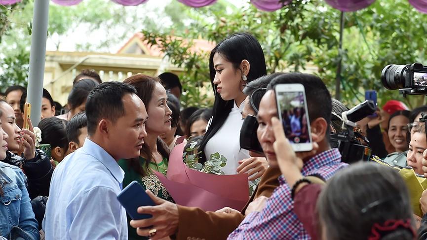 Người dân xóm làng tới nhà chia vui với gia đình Hoa hậu Đỗ Thị Hà  - ảnh 5