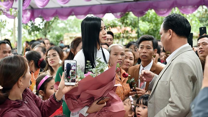 Người dân xóm làng tới nhà chia vui với gia đình Hoa hậu Đỗ Thị Hà  - ảnh 6